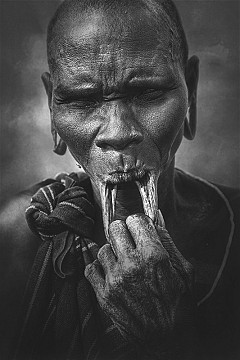 Woman from Mursi tribe